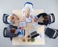 Executivos que sentam-se e que discutem na reunião de negócios Ilustração do JPG + do vetor Imagens de Stock