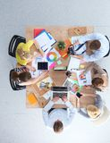 Executivos que sentam-se e que discutem na reunião de negócios Ilustração do JPG + do vetor Imagem de Stock