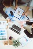 Executivos que sentam-se e que discutem na reunião de negócios Ilustração do JPG + do vetor Fotos de Stock Royalty Free