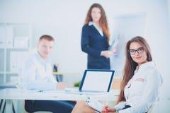 Executivos que sentam-se e que discutem na reunião de negócios, no escritório Ilustração do JPG + do vetor Imagem de Stock