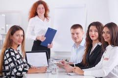 Executivos que sentam-se e que discutem na reunião de negócios, no escritório Ilustração do JPG + do vetor Fotos de Stock