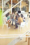 Executivos que sentam-se junto e que têm a discussão em grupo no escritório imagens de stock royalty free