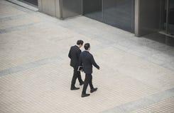 Executivos que têm a conversação e o passeio fotos de stock royalty free