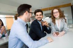 Executivos que têm o divertimento durante a ruptura em um escritório imagem de stock royalty free