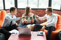 Executivos que têm o divertimento em uma atmosfera informal fotografia de stock