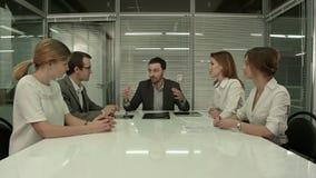 Executivos que têm a reunião da direção em moderno video estoque