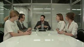 Executivos que têm a reunião da direcção no escritório moderno imagens de stock