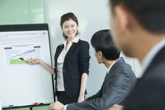Executivos que têm a reunião, fazendo uma apresentação Imagem de Stock Royalty Free