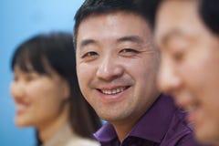 Executivos que têm a reunião na sala de direção, sorrindo imagem de stock