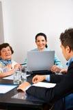 Executivos que têm a reunião no escritório Imagens de Stock Royalty Free