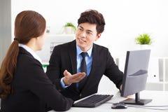 Executivos que têm a reunião no escritório Foto de Stock Royalty Free