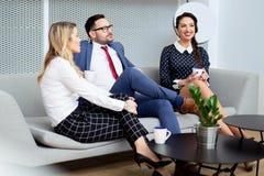 Executivos que têm a reunião no escritório moderno Fotos de Stock Royalty Free