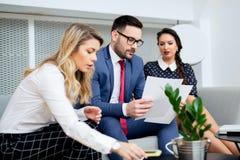 Executivos que têm a reunião no escritório moderno Imagens de Stock Royalty Free