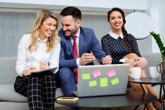 Executivos que têm a reunião no escritório moderno Fotografia de Stock Royalty Free