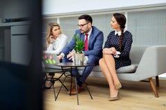 Executivos que têm a reunião no escritório moderno Fotos de Stock