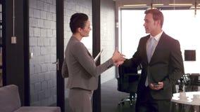 Executivos que têm um aperto de mão filme
