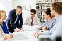 Executivos que têm uma reunião da direção fotos de stock royalty free