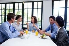 Executivos que têm uma reunião no restaurante fotos de stock