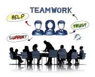 Executivos que têm uma reunião sobre trabalhos de equipa Foto de Stock Royalty Free