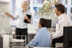 Executivos que teamworking no escritório Imagem de Stock Royalty Free
