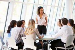 Executivos que têm a reunião da direcção no escritório moderno Fotos de Stock Royalty Free