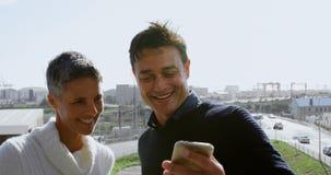 Executivos que tomam o selfie no terraço 4k vídeos de arquivo