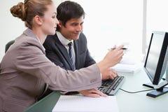 Executivos que trabalham com um computador fotos de stock royalty free