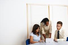 Executivos que trabalham com um portátil Imagem de Stock Royalty Free