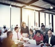 Executivos que trabalham a conferência da cooperação dos trabalhos de equipa Imagens de Stock Royalty Free