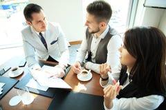 Executivos que trabalham a conferência da cooperação dos trabalhos de equipa Foto de Stock Royalty Free