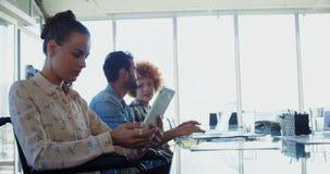 Executivos que trabalham em dispositivos eletrônicos no escritório video estoque