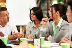 Executivos que trabalham em torno da tabela Imagem de Stock Royalty Free