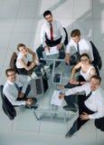 Executivos que trabalham em torno de uma tabela de conferência Imagens de Stock Royalty Free