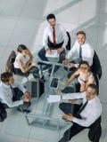 Executivos que trabalham em torno de uma tabela de conferência Imagem de Stock