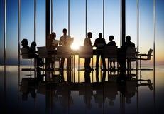 Executivos que trabalham em uma sala de conferências Fotografia de Stock