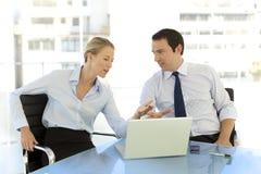 Executivos que trabalham junto Fotografia de Stock