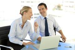 Executivos que trabalham junto Fotos de Stock