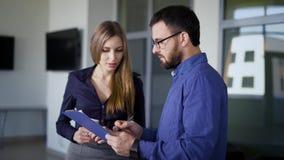 Executivos que trabalham junto Diretor-executivo fêmea que dá a instrução a sua subordinação A mulher de negócios é filme
