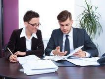 Executivos que trabalham junto no escritório na mesa Foto de Stock