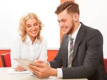 Executivos que trabalham junto no portátil no escritório na mesa Imagens de Stock