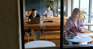 Executivos que trabalham na tabela no bar 4k do escritório filme