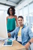 Executivos que trabalham no computador no escritório imagens de stock royalty free