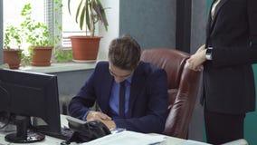 Executivos que trabalham no escritório vídeos de arquivo