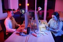 Executivos que trabalham no escritório até a noite atrasada fotografia de stock royalty free