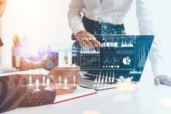Executivos que trabalham no escritório, gráficos foto de stock royalty free