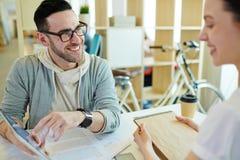 Executivos que trabalham no espaço de escritórios criativo imagem de stock royalty free