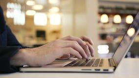 Executivos que trabalham o computador nos dedos de datilografia do escritório em um teclado do portátil video estoque