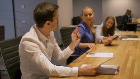 3 executivos que trabalham tarde na noite no escritório com portátil e docs filme