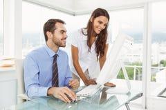 Executivos que usam o computador no escritório fotos de stock