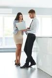 Executivos que usam o laptop em Ofiice Fotos de Stock Royalty Free